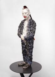Performer I, Zip 2020, h.122 cm, Keramiek, haar, wol.