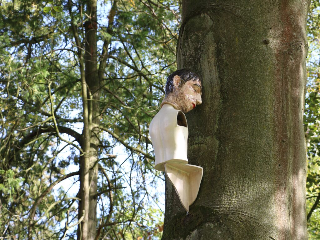 On the Wall / In the Tree, 2015, keramiek,polystyreen, hout, ijzer.